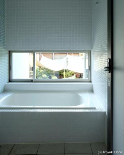 タイル貼りの明るい浴室 (住宅作品3・庭と一体!家族の成長を見守る住まい)