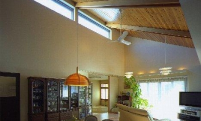 光に満ちたリビングダイニング 住宅作品4・勾配天井の寛ぎリビングがある住まい