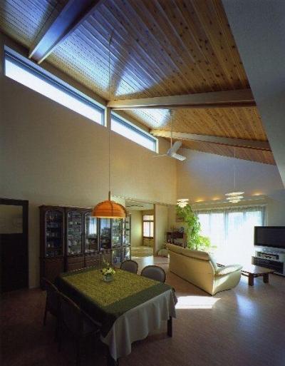 光に満ちたリビングダイニング (住宅作品4・勾配天井の寛ぎリビングがある住まい)