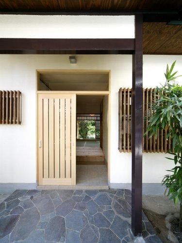 『宝塚の家』和室と洋室を組み合わせた楽しい住まいへ劇的リノベの写真 和風玄関ポーチ