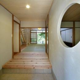 『宝塚の家』和室と洋室を組み合わせた楽しい住まいへ劇的リノベ (開放的な玄関ホール)