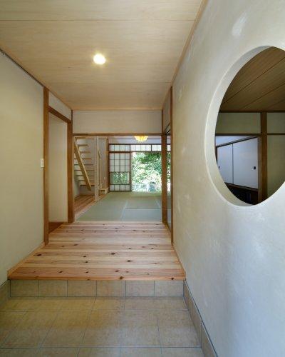 『宝塚の家』和室と洋室を組み合わせた楽しい住まいへ劇的リノベの写真 開放的な玄関ホール