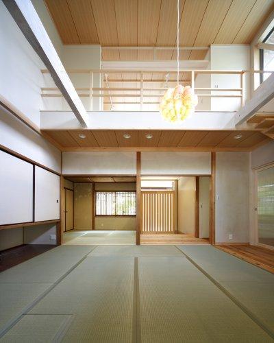 『宝塚の家』和室と洋室を組み合わせた楽しい住まいへ劇的リノベの写真 2階を減築した吹き抜けの和室-2