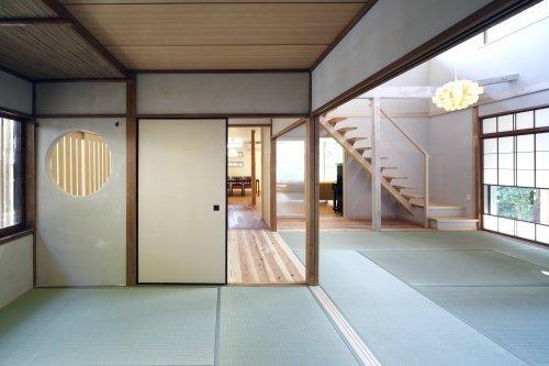 『宝塚の家』和室と洋室を組み合わせた楽しい住まいへ劇的リノベの写真 玄関横の和室よりリビング方向を見る