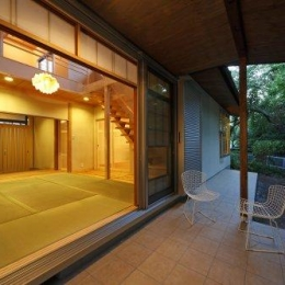 『宝塚の家』和室と洋室を組み合わせた楽しい住まいへ劇的リノベ (和室と一体になるテラス-夕景)