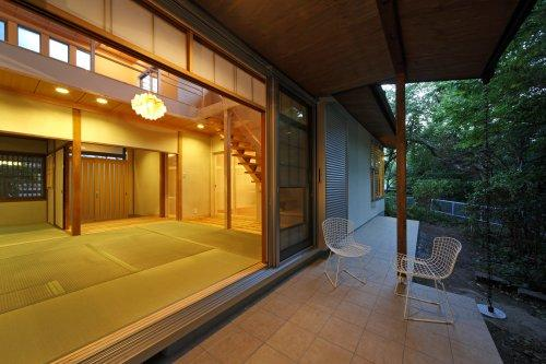 『宝塚の家』和室と洋室を組み合わせた楽しい住まいへ劇的リノベの写真 和室と一体になるテラス-夕景