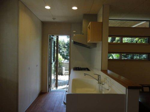 『宝塚の家』和室と洋室を組み合わせた楽しい住まいへ劇的リノベ (勝手口のあるシンプルなキッチン)