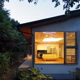 『宝塚の家』和室と洋室を組み合わせた楽しい住まいへ劇的リノベ (外観-リビングを見る)