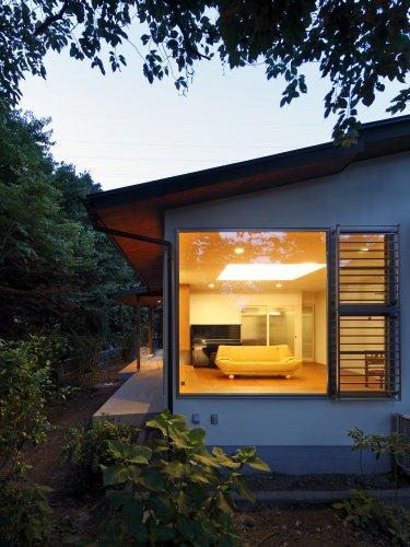 『宝塚の家』和室と洋室を組み合わせた楽しい住まいへ劇的リノベの写真 外観-リビングを見る
