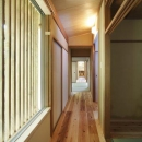 格子窓より柔らかな光の入る廊下