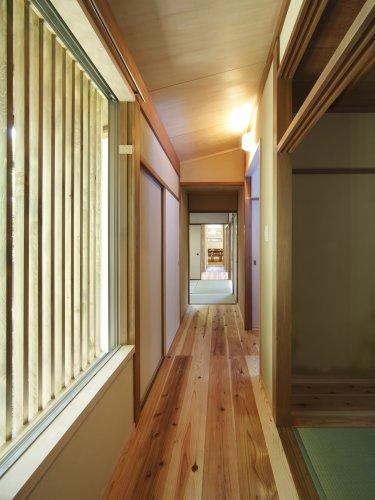『宝塚の家』和室と洋室を組み合わせた楽しい住まいへ劇的リノベの写真 格子窓より柔らかな光の入る廊下