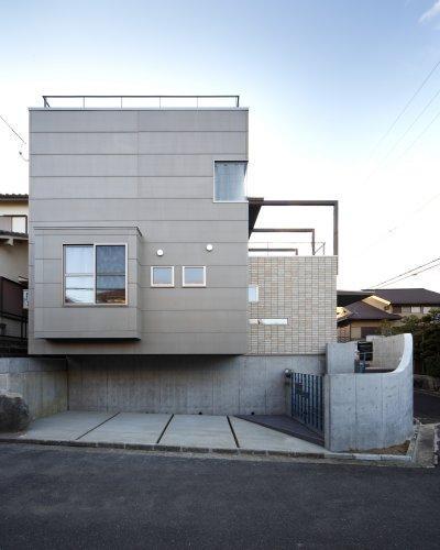 『樟葉美咲の家』屋上緑化と趣味の家の写真 重厚感のある外観-正面