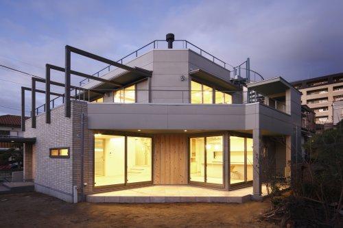 『樟葉美咲の家』屋上緑化と趣味の家の写真 外観-庭側