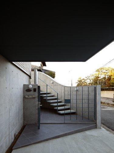 『樟葉美咲の家』屋上緑化と趣味の家の写真 階段アプローチ