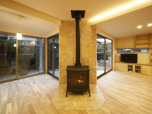 『樟葉美咲の家』屋上緑化と趣味の家の写真 薪ストーブ型の暖炉