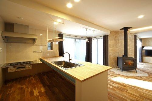 『樟葉美咲の家』屋上緑化と趣味の家の写真 L字型の対面式キッチン