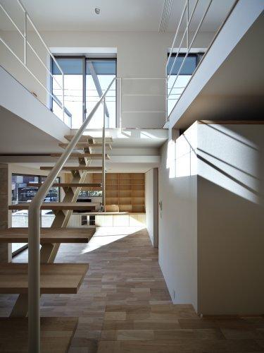 『樟葉美咲の家』屋上緑化と趣味の家の写真 スケルトン階段・大きな吹き抜け-2