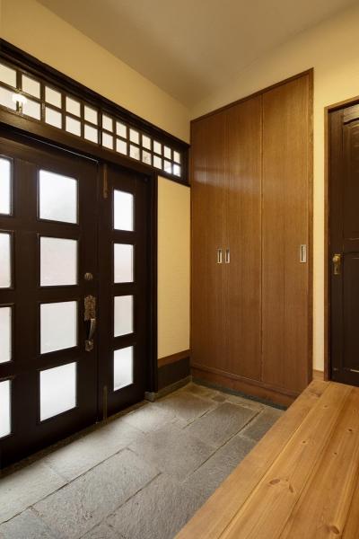 和モダンな玄関ホール (Y邸・若い世代の為の和の住まい)