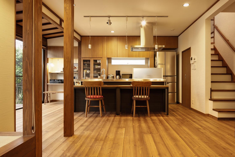 Y邸・若い世代の為の和の住まいの部屋 アイランドキッチン-右奥はパントリー