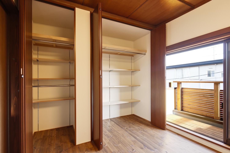 Y邸・若い世代の為の和の住まいの部屋 ベッドルームの大容量クローゼット