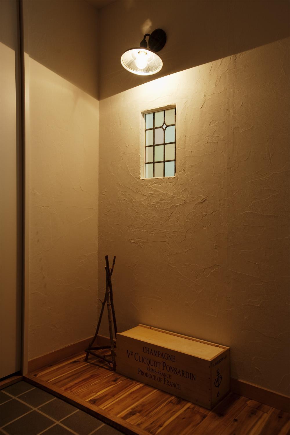 H邸・ハンモックのゆれる、光と風のリビングの部屋 アンティーク調の玄関ホール