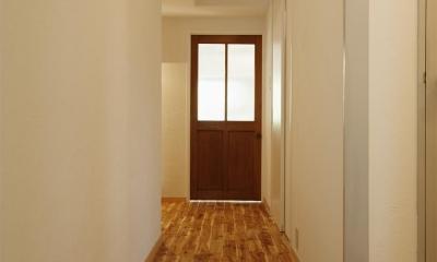 H邸・ハンモックのゆれる、光と風のリビング (リビングにつながる廊下)