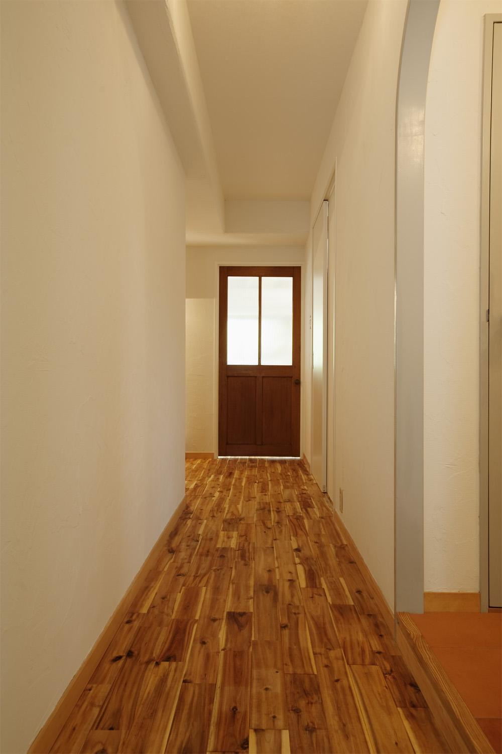 H邸・ハンモックのゆれる、光と風のリビングの部屋 リビングにつながる廊下