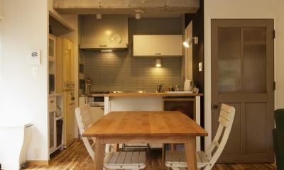 スタイリッシュなダイニングキッチン|H邸・ハンモックのゆれる、光と風のリビング