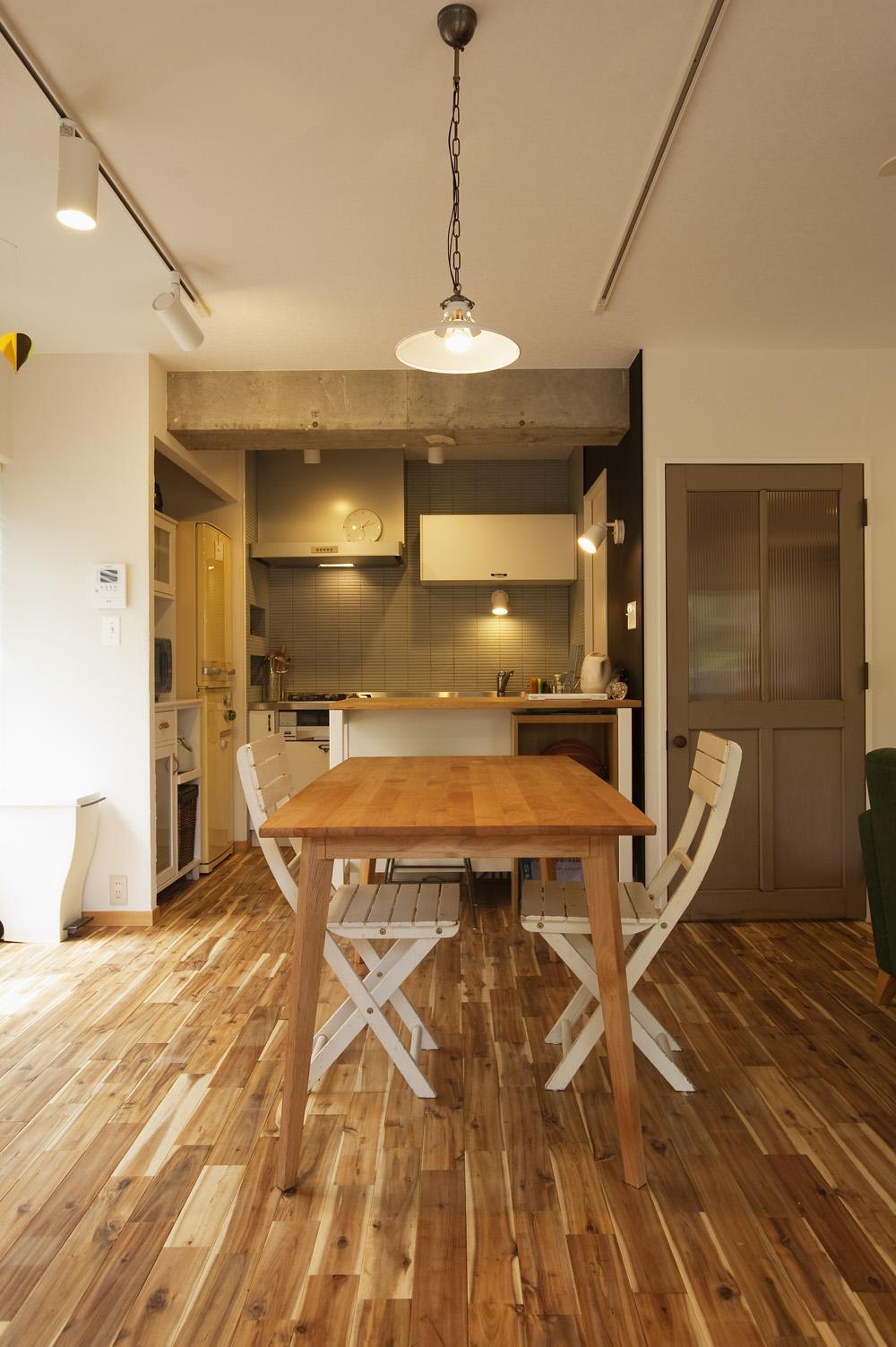 H邸・ハンモックのゆれる、光と風のリビングの部屋 スタイリッシュなダイニングキッチン