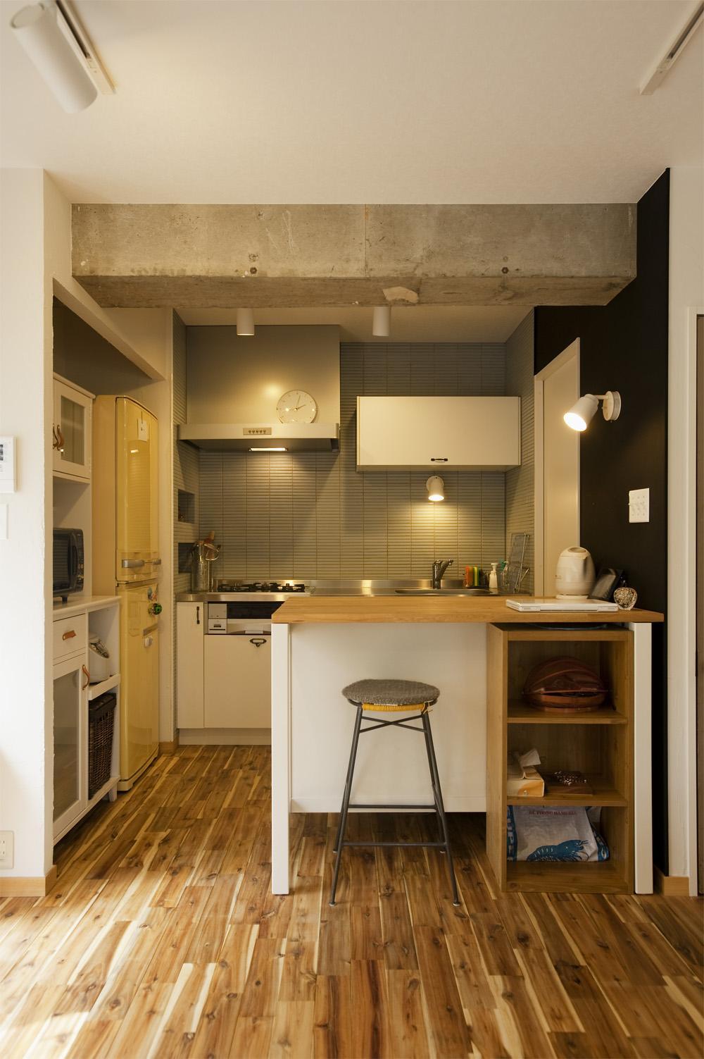 H邸・ハンモックのゆれる、光と風のリビングの部屋 クールなキッチン