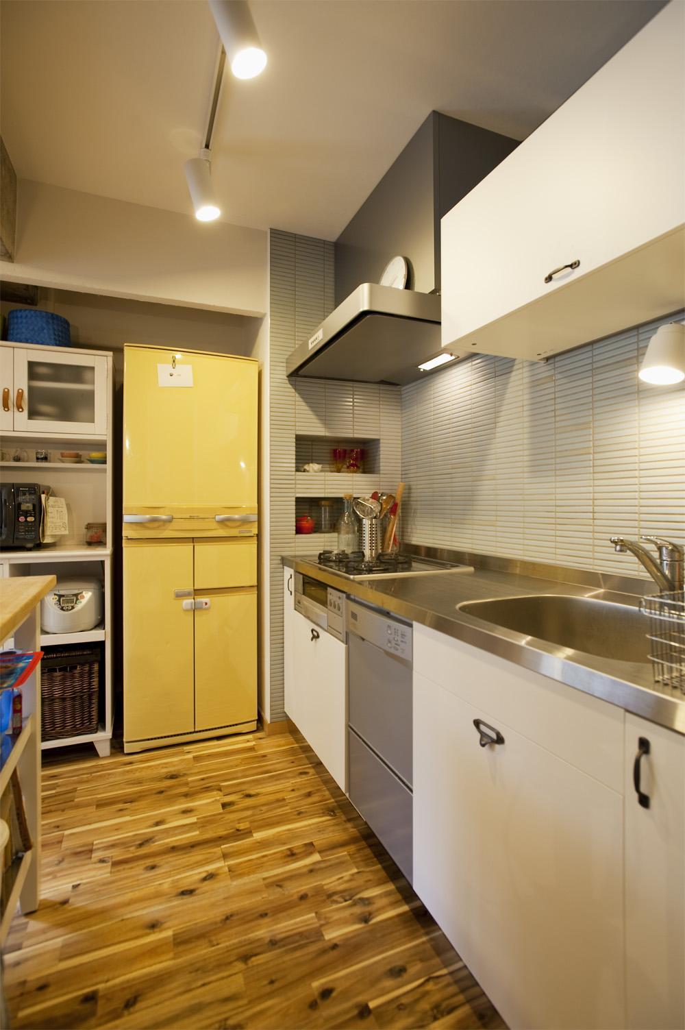 H邸・ハンモックのゆれる、光と風のリビングの部屋 スタイリッシュなキッチンスペース