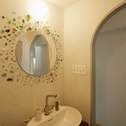 H邸・ハンモックのゆれる、光と風のリビング (丸鏡と貝殻がアクセントの洗面所)