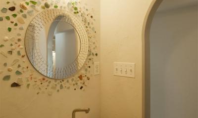 丸鏡と貝殻がアクセントの洗面所|H邸・ハンモックのゆれる、光と風のリビング