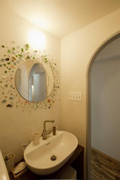 丸鏡と貝殻がアクセントの洗面所 (H邸・ハンモックのゆれる、光と風のリビング)