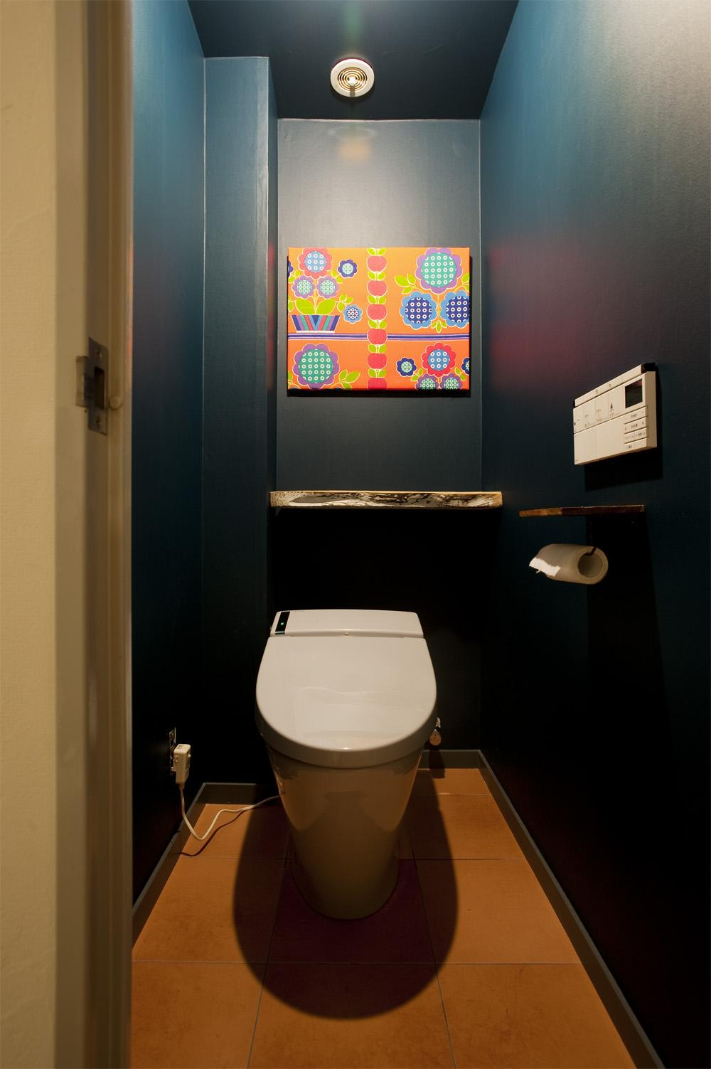 H邸・ハンモックのゆれる、光と風のリビングの部屋 深いブルーの壁のトイレ