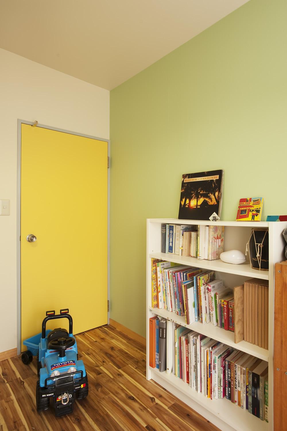 H邸・ハンモックのゆれる、光と風のリビングの部屋 一面パステルグリーンの子供部屋