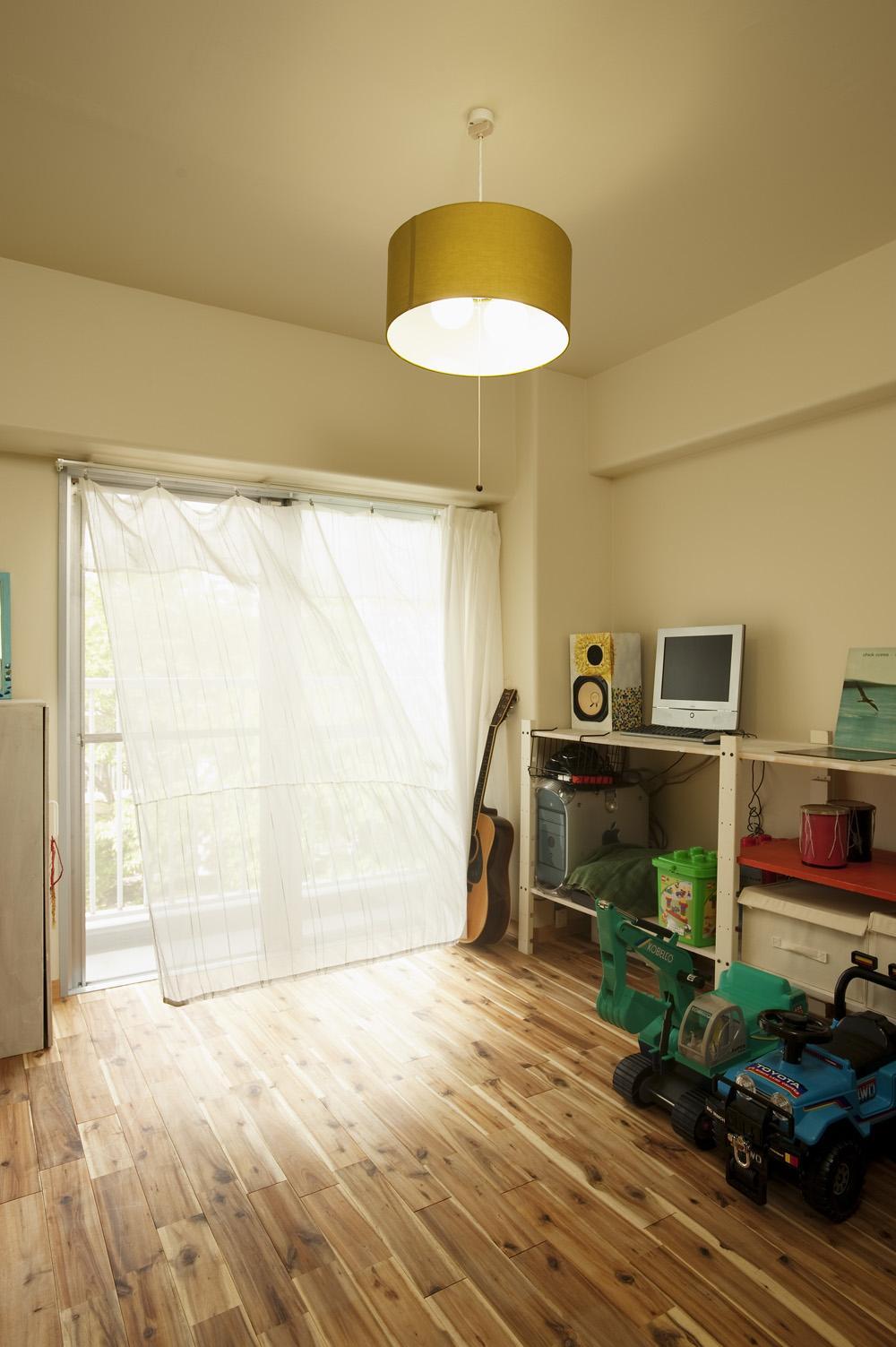 H邸・ハンモックのゆれる、光と風のリビングの部屋 光と風を取り込む子供部屋