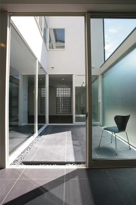 『Ya邸』中庭が家族をつなぐ住まいの部屋 光を取り込む中庭