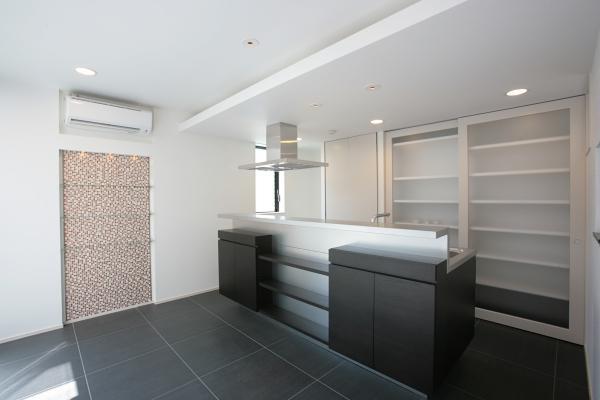 『Ya邸』中庭が家族をつなぐ住まいの部屋 クールなオープンキッチン