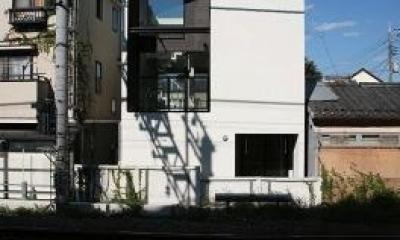 『U邸』階段がつなぐ家 (シャープな外観)
