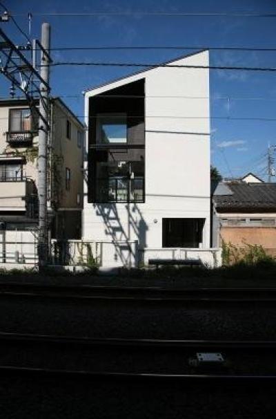 シャープな外観 (『U邸』階段がつなぐ家)