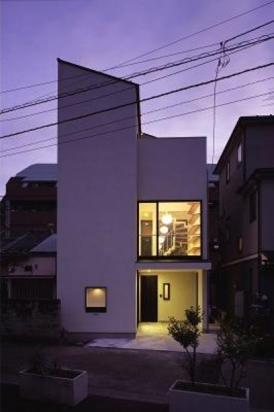 シャープな外観-夕景 (『U邸』階段がつなぐ家)