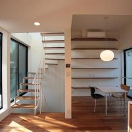 『U邸』階段がつなぐ家 (両サイドから光が差し込むLDK)