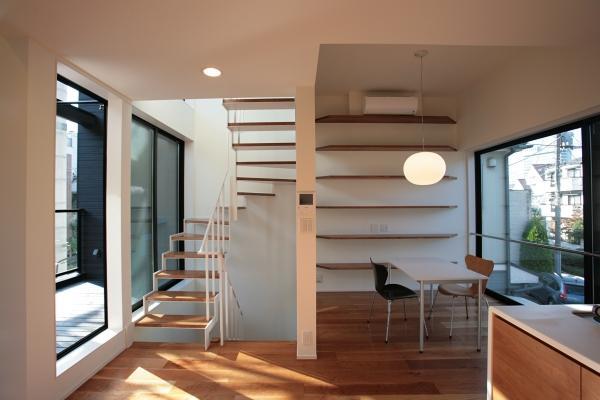 『U邸』階段がつなぐ家の部屋 両サイドから光が差し込むLDK