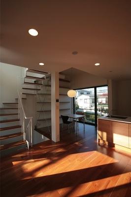 『U邸』階段がつなぐ家の部屋 温かなLDK