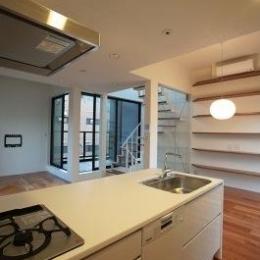 『U邸』階段がつなぐ家 (シンプルなオープンキッチン-2)