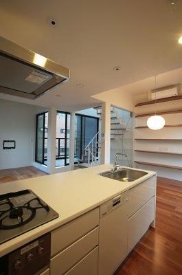 『U邸』階段がつなぐ家の写真 シンプルなオープンキッチン-2