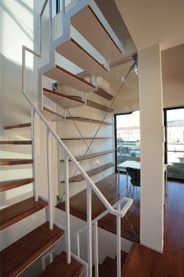『U邸』階段がつなぐ家の部屋 スケルトン階段