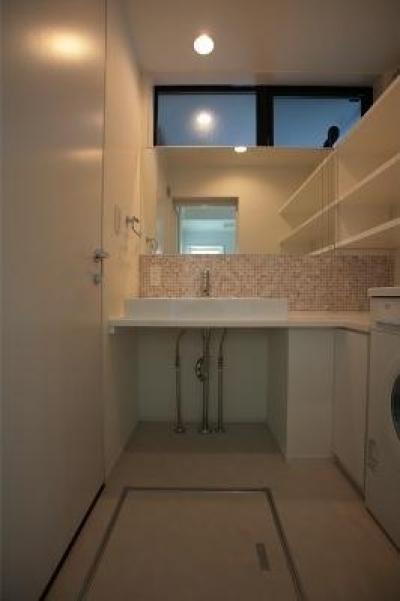 『U邸』階段がつなぐ家 (モザイクタイルがアクセントの洗面所)