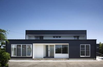 シンプルモダンな外観 (『A1-House』シンプルモダンなバリアフリー住宅)